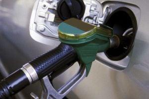 iStock_000000095345_L2 filling up car petrol_jpg[1]
